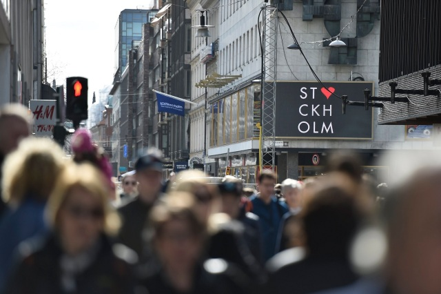 JNE01. Stockholm (Sweden), 09/04/2017.- People walk in Drottninggatan street in the Swedish capital 09 April 2017, following the 07 April terror attack in central Stockholm. A hijacked beer truck ploughed into pedestrians on Drottninggatan and crashed into Ahlens department store, killing four people, injuring 15 others late 07 April 2017. (Atentado, Estocolmo, Suecia) EFE/EPA/NOELLA JOHANSSON SWEDEN OUT