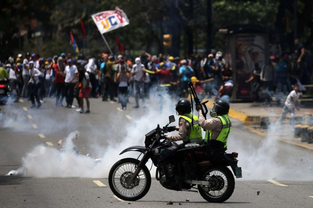 Demonstrators clash with riot police at a rally against Venezuela's President Nicolas Maduro's government in Caracas, Venezuela April 10, 2017. REUTERS/Carlos Garcia Rawlins TPX IMAGES OF THE DAY