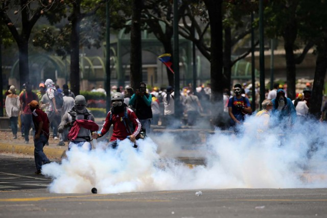 Demonstrators clash with riot police at a rally against Venezuela's President Nicolas Maduro's government in Caracas, Venezuela April 10, 2017. REUTERS/Carlos Garcia Rawlins
