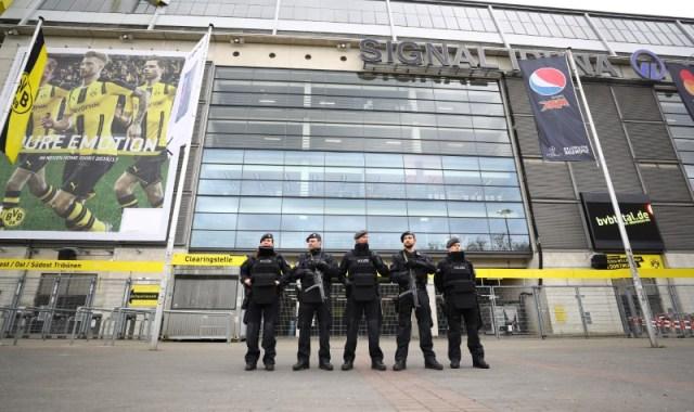 Oficiales de policía fuera del Estadio del Borussia Dortmund, en Alemania. 12 de abril de 2017. Un hombre con vínculos islamistas ha sido detenido por los investigadores alemanes que dirigen las pesquisas sobre las explosiones contra un autobús que transportaba a los jugadores del Borussia Dortmund, dijo la Fiscalía Federal el miércoles. Reuters / Kai Pfaffenbach Livepic