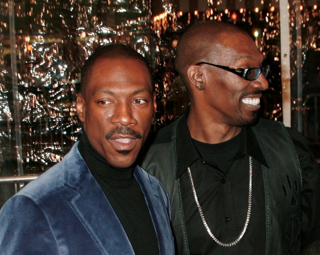 El actor Eddie Murphy junto a su hermano, Charlie Murphy. Foto: REUTERS/Fred Prouser/File Photo