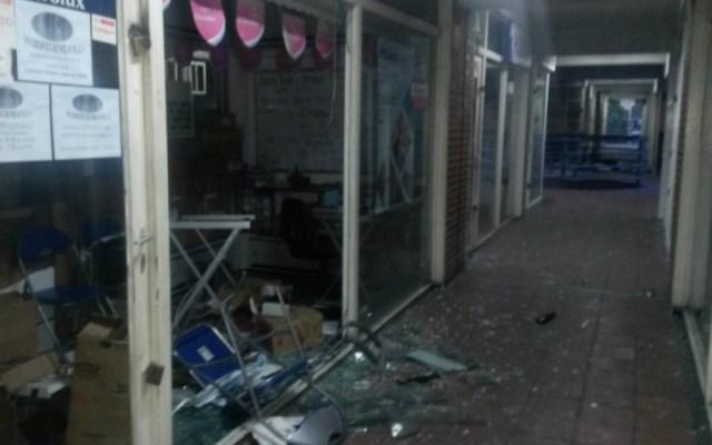 Negocios saqueados en el Centro Comercial Samán Plaza de Guarenas / Foto @nino_yimmy