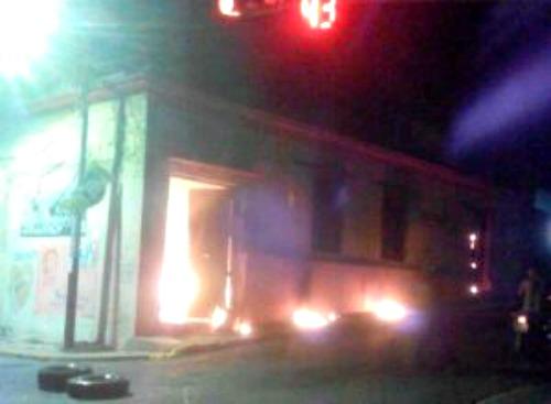 Foto: Durante fuertes protestas nocturnas incendiaron sede del Psuv en Mérida