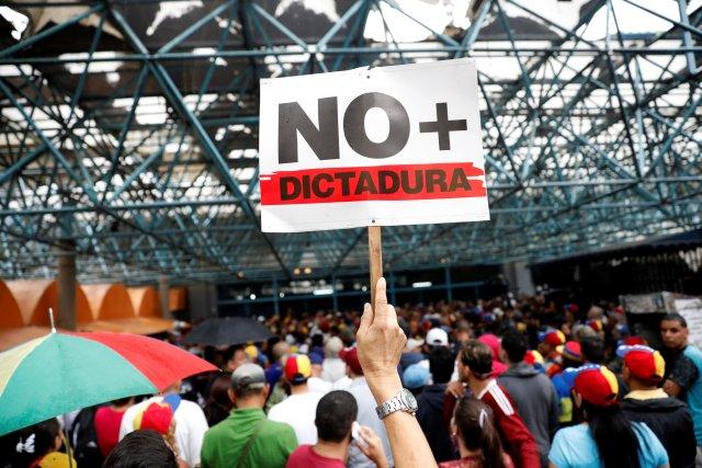 A pesar de la lluvia, manifestantes comenzaron a llegar a Montalbán. Foto: REUTERS/Carlos Garcia Rawlins