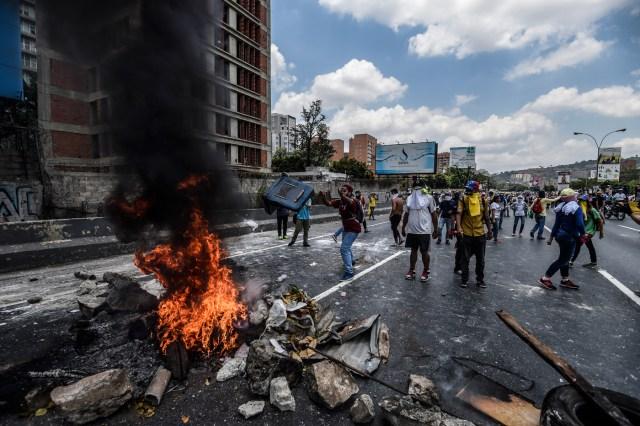 Imagen de los enfrentamientos entre manifestantes y la PNB el pasado 10 de abril en Caracas. Crédito: AFP