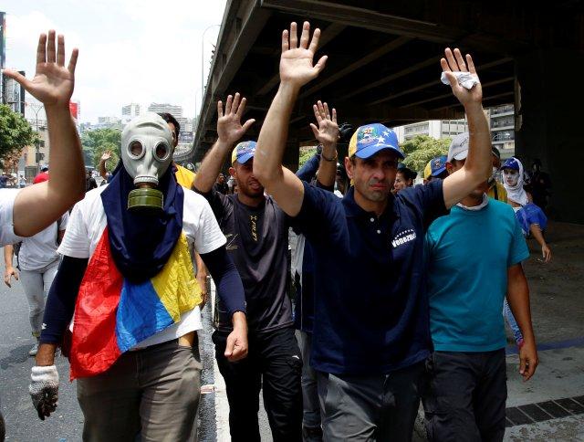 "Venezuelan opposition leader and Governor of Miranda state Henrique Capriles (C) participates in the so-called ""mother of all marches"" against Venezuela's President Nicolas Maduro in Caracas, Venezuela April 19, 2017. REUTERS/Marco Bello"