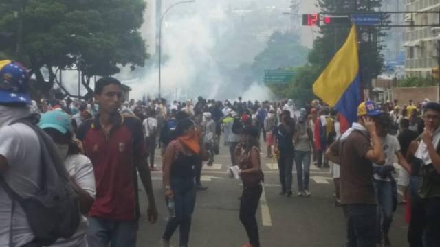 GNB lanzó gases lacrimógenos en Altamira. Foto: @Haidy Rodríguez