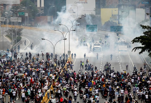 Opposition supporters clash with riot police while rallying against Venezuela's President Nicolas Maduro in Caracas, Venezuela April 20, 2017. REUTERS/Christian Veron