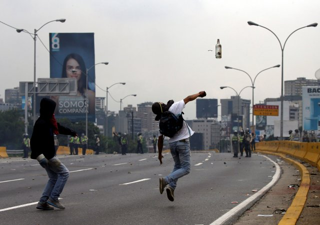 Opposition supporters clash with riot police while rallying against Venezuela's President Nicolas Maduro in Caracas, Venezuela, April 20, 2017. REUTERS/Carlos Garcia Rawlins     TPX IMAGES OF THE DAY