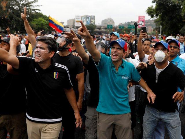 Venezuelan opposition leader and Governor of Miranda state Henrique Capriles gestures while rallying against Venezuela's President Nicolas Maduro in Caracas, Venezuela, April 20, 2017. REUTERS/Carlos Garcia Rawlins