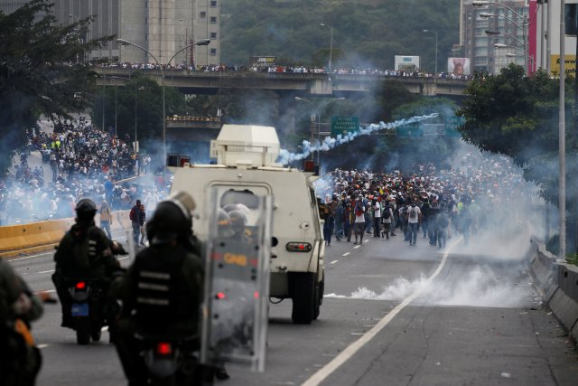 Police fire tear gas toward opposition supporters during clashes while rallying against Venezuela's President Nicolas Maduro in Caracas, Venezuela, April 20, 2017. REUTERS/Carlos Garcia Rawlins     TPX IMAGES OF THE DAY