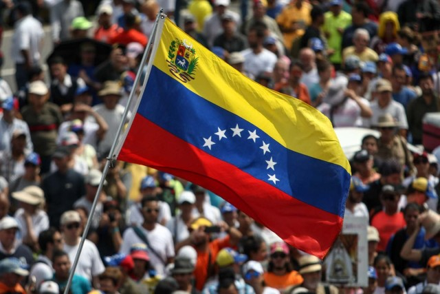 """CAR01. CARACAS (VENEZUELA), 24/04/2017 - Venezolanos participan en una manifestación contra el Gobierno venezolano hoy, lunes 24 de abril de 2017, en Caracas (Venezuela). Centenares de venezolanos en varias ciudades del país comenzaron a concentrarse para la protesta convocada por la oposición denominada """"Venezuela se planta contra la dictadura"""", con la que han llamado a manifestarse en contra del Gobierno de Nicolás Maduro. EFE/CRISTIAN HERNANDEZ"""