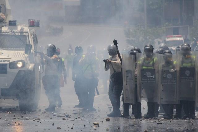 En la gráfica de Régulo Gómez se observa como los represores de la GNB apuntan sus lanzabombas a los manifestantes, hoy 26 de abril de 2017 en El Rosal, Caracas