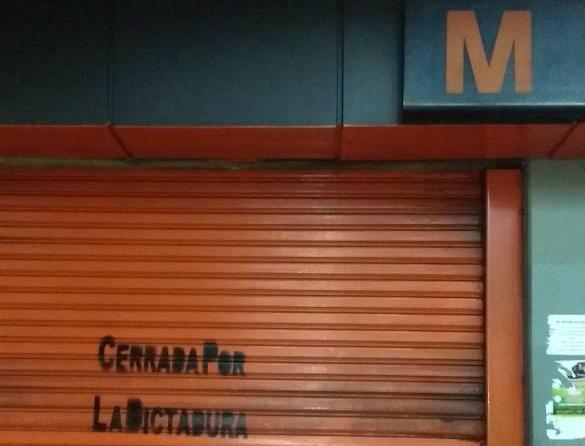 Foto: Rotulan las puertas del Metro tras cerrar las estaciones este miércoles 26 de abril