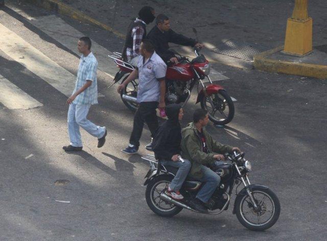 Miembros de los colectivos motorizados exhiben sus armas incluso sin ocultar su rostro. R. R.