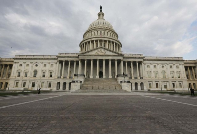 Imagen de archivo del Capitolio estadounidense en Washington, oct 1, 2013. El Congreso de Estados Unidos empezó a tomar medidas destinadas a extender hasta el 5 de mayo el plazo para aprobar el presupuesto y se espera que dé más tiempo para cerrar un acuerdo que financie al Gobierno federal hasta septiembre y evite una paralización de servicios públicos. REUTERS/Larry Downing