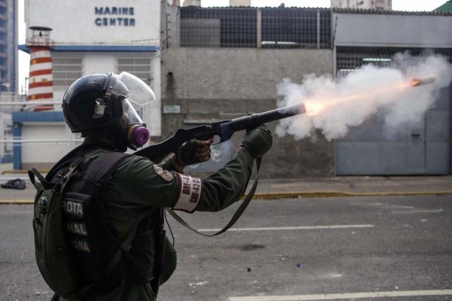 CAR01. CARACAS (VENEZUELA), 26/04/2017.- Efectivos de la Guardia Nacional Bolivariana (GNB) bloquean el paso a una manifestación hoy, miércoles 26 de abril de 2017, en Caracas (Venezuela). Las fuerzas de seguridad de Venezuela dispersaron nuevamente algunas de las marchas convocadas por la oposición en Caracas, que pretendían llegar a la sede principal de la Defensoría del Pueblo en el centro de la capital. EFE/CRISTIAN HERNANDEZ