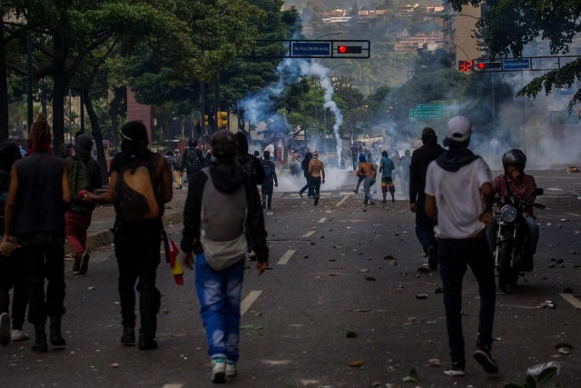 CAR01. CARACAS (VENEZUELA), 26/04/2017.- Un grupo de personas participan en una manifestación hoy, miércoles 26 de abril de 2017, en Caracas (Venezuela). Las fuerzas de seguridad de Venezuela dispersaron nuevamente algunas de las marchas convocadas por la oposición en Caracas, que pretendían llegar a la sede principal de la Defensoría del Pueblo en el centro de la capital. EFE/MIGUEL GUTIÉRREZ