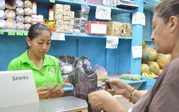 Las ama de casa se las ingenian para rendir los productos de aseo personal. (Foto: Lizaura Noriega)