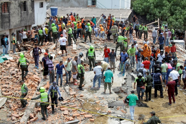 Rescue members look for bodies of people after a building under construction collapses in Cartagena, Colombia, Colombia April 27, 2017. REUTERS/Orlando Gonzalez EDITORIAL USE ONLY. NO RESALES. NO ARCHIVE