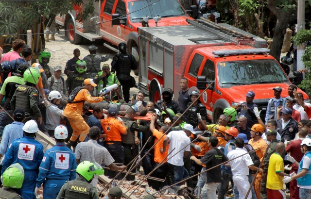 Rescue members carry a man from the debris after a building under construction collapsed in Cartagena, Colombia, Colombia April 27, 2017. REUTERS/Orlando Gonzalez EDITORIAL USE ONLY. NO RESALES. NO ARCHIVE