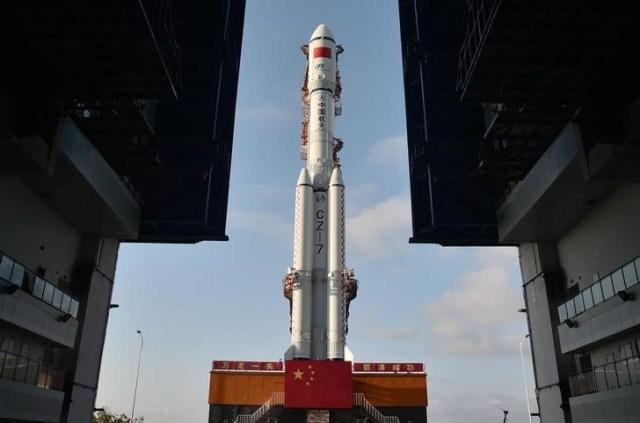 El cohete Tianzhou-1 es visto en su punto de lanzamiento en Wenchang, China. 17 de abril 2017. China comenzará la construcción de una estación espacial tripulada permanente en 2019 tras llevar a cabo una exitosa recarga de combustible en órbita de su nave de carga Tianzhou-1, dijeron el viernes funcionarios al frente del proyecto.China Daily/via REUTERS
