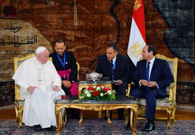 Egyptian President Abdel Fattah al-Sisi(R) meets with Pope Francis(L) upon his arrival to Cairo, Egypt April 28, 2017 in this handout picture courtesy of the Egyptian Presidency. The Egyptian Presidency/Handout via REUTERS ATTENTION EDITORS - THIS IMAGE WAS PROVIDED BY A THIRD PARTY. EDITORIAL USE ONLY.