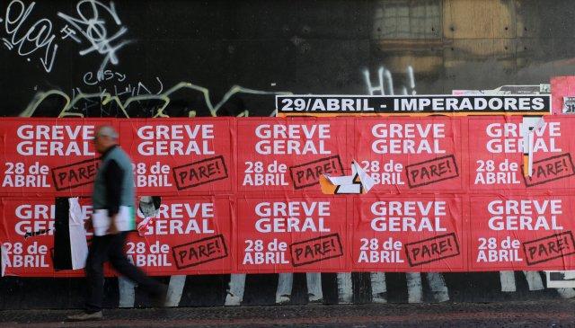 Pancartas de la huelga general en la ciudad de Porto Alegre, Brasil (Foto: Reuters)