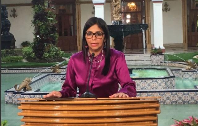 La canciller Delcy Eloína Rodríguez anuncia por VTV el inicio del retiro de Venezuela de la OEA el 27 de abril de 2017 / foto @VillegasPoljak