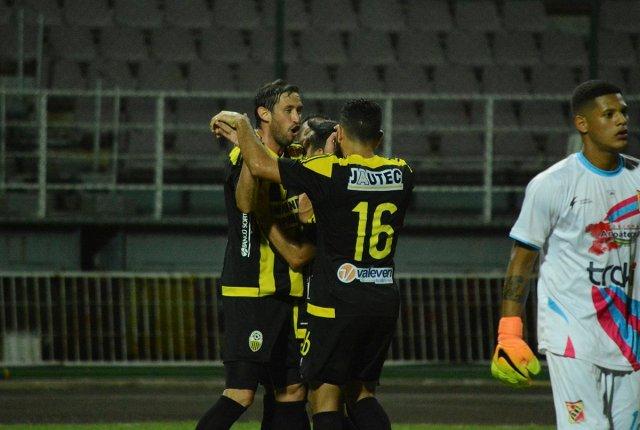 El delantero del Deportivo Táchira, Edgar Pérez Greco, celebra tras anotar un gol (Foto: @DvoTachira