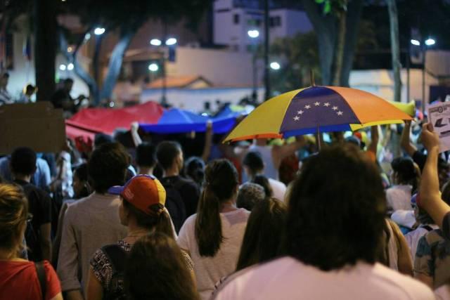 Estudiantes congregados en la Plaza Bolívar de Chacao para la vigilia en honor a los caídos en las últimas semanas durante las protestas en el país. Foto: Régulo Gómez/Lapatilla