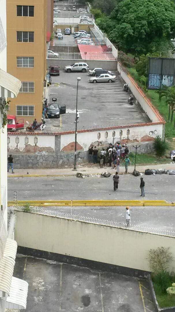 Paramilitares (Colectivos) abren boquete en edificio de La Urbina