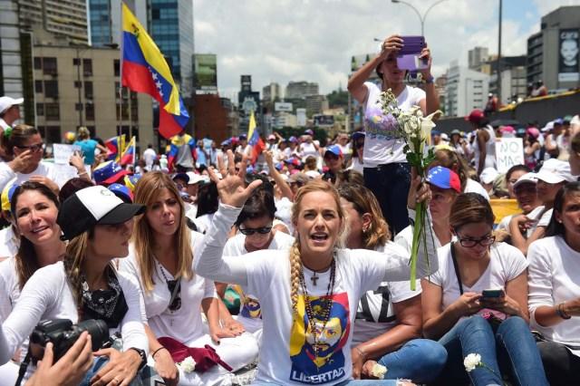 Lilian Tintori, la esposa del líder de Voluntad Poplar y preso político, Leopoldo López durante una manifestación en Caracas.  / AFP PHOTO / RONALDO SCHEMIDT