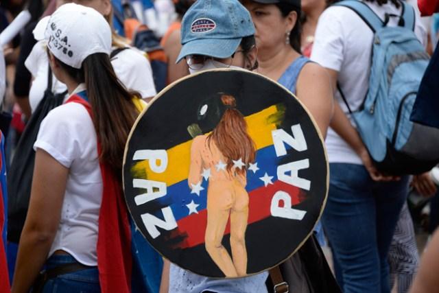 EEscuderos de la Libertad en medio de la represión este #10May  / AFP PHOTO / FEDERICO PARRA