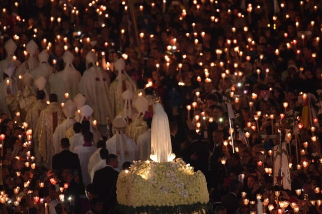 Faithful carry the statue of Our Lady of Fatima at Fatima shrine, in Fatima, on May 12, 2017. Two of the three child shepherds who reported apparitions of the Virgin Mary in Fatima, Portugal, one century ago, will be declared saints on May 13, 2017 by Pope Francis. The canonisation of Jacinta and Francisco Marto will take place during the Argentinian pontiff's visit to a Catholic shrine visited by millions of pilgrims every year. / AFP PHOTO / Tiziana FABI