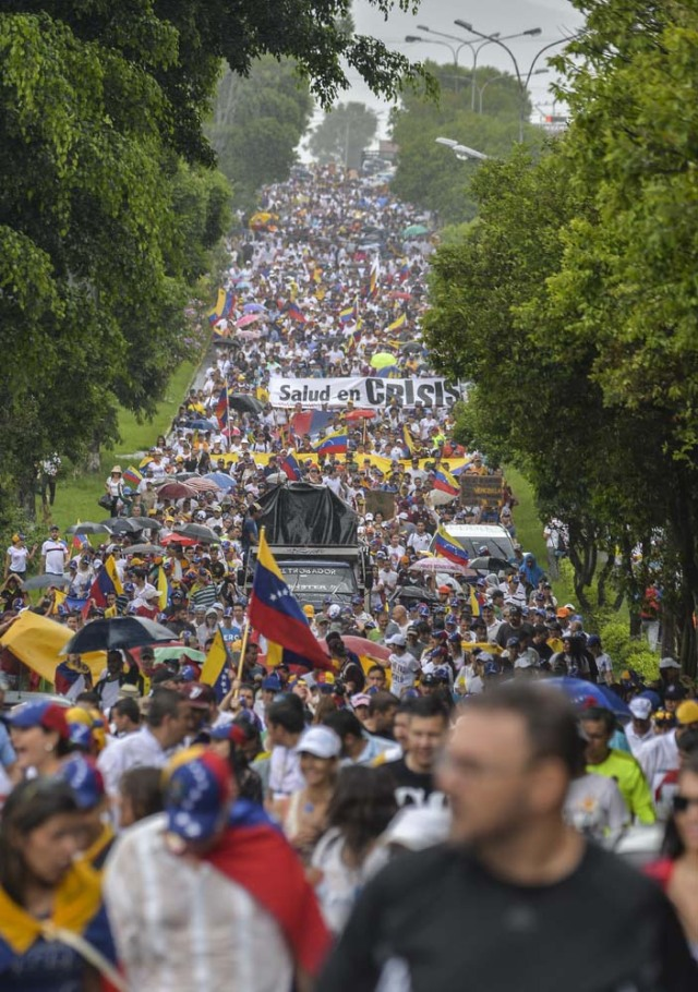 People march against President Nicolas Maduro in San Cristobal, Tachira State, Venezuela, on May 20, 2017. Venezuelan protesters and supporters of embattled President Nicolas Maduro take to the streets Saturday as a deadly political crisis plays out in a divided country on the verge of paralysis. / AFP PHOTO / LUIS ROBAYO