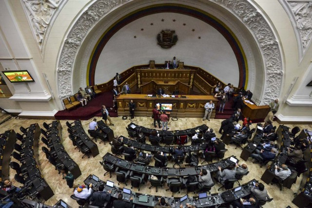 General view of a National Assembly session in Caracas, Venezuela, on May 23, 2017. Venezuelan President Nicolas Maduro formally launched moves to rewrite the constitution, defying opponents who accuse him of clinging to power in a political crisis that has sparked deadly unrest. The opposition-controlled National Assembly promptly rejected Maduro's plan. / AFP PHOTO / LUIS ROBAYO