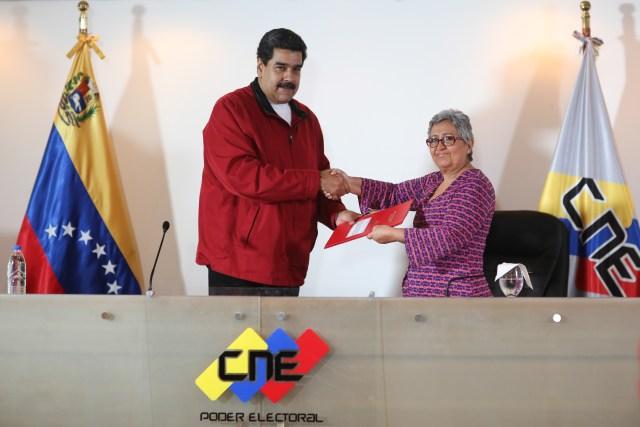 Maduro consignando el documento que contiene las bases comiciales para su ANC ante el CNE. Foto: AVN