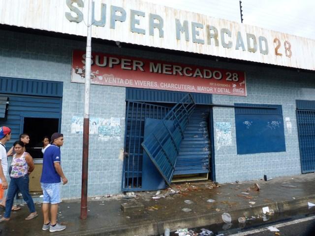 CAR001. BARINAS (VENEZUELA), 23/05/2017 - Fotografía del 23 de mayo del 2017, donde se observan locales comerciales que fueron saqueados en la ciudad de Barinas (Venezuela). Al menos tres muertos, ocho heridos y varios comercios saqueados dejaron las protestas que degeneraron en violencia en Barinas, el estado natal del fallecido presidente venezolano Hugo Chávez, en el oeste del país, informaron autoridades y dirigentes de la oposición. EFE/ALFONSO ÁLVAREZ