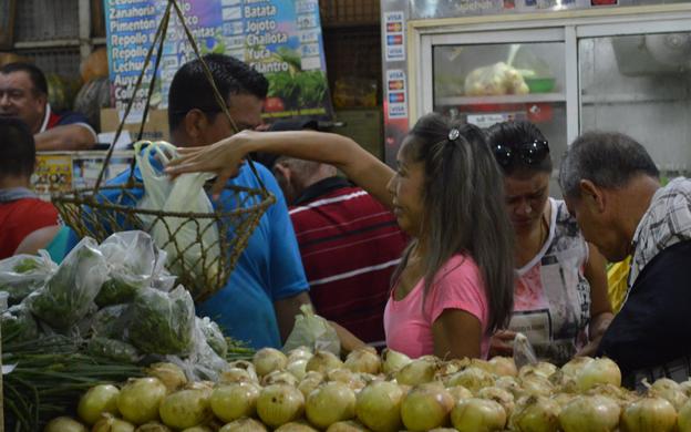 Compradores marabinos sienten el alza en los mercados populares de la ciudad a 24 horas