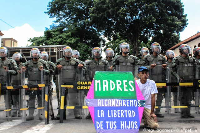 Vestidas de negro y en paz manifestaron las madres por una Venezuela sin violencia. Foto: Régulo Gómez / LaPatilla.com
