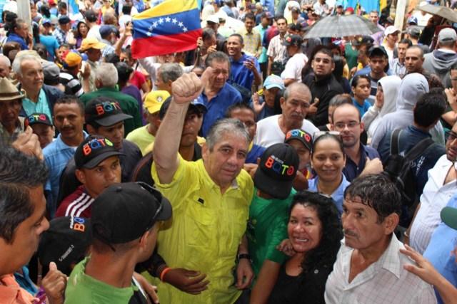 Alfredo Ramos acompañado de pobladores de Barquisimeto que lo respaldan
