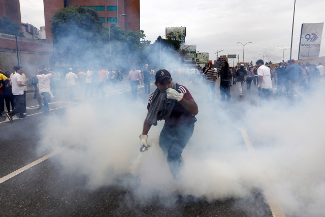 Opposition supporters clash with riot police during a rally against President Nicolas Maduro in Caracas, Venezuela May 3, 2017. REUTERS/Carlos Garcia Rawlins