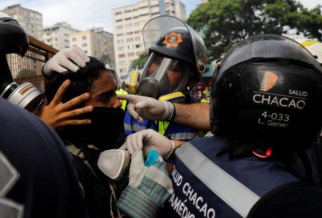 Paramédicos de Salud Chacao prestan atención médica a un herido durante las manifestaciones. REUTERS/Carlos Garcia Rawlins