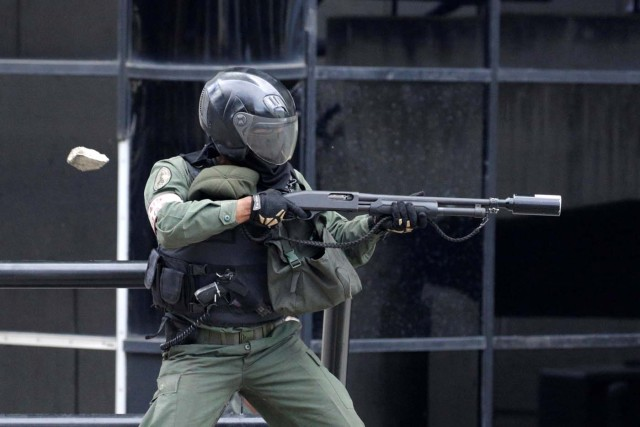 Un GNB dispara bombas lacrimógenas para disolver una manifestación opositora (Foto: Reuters)