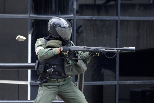 Tanqueta de la GN arrolló de manera ofensiva a manifestante en Altamira. REUTERS/Marco Bello TPX IMAGES OF THE DAY