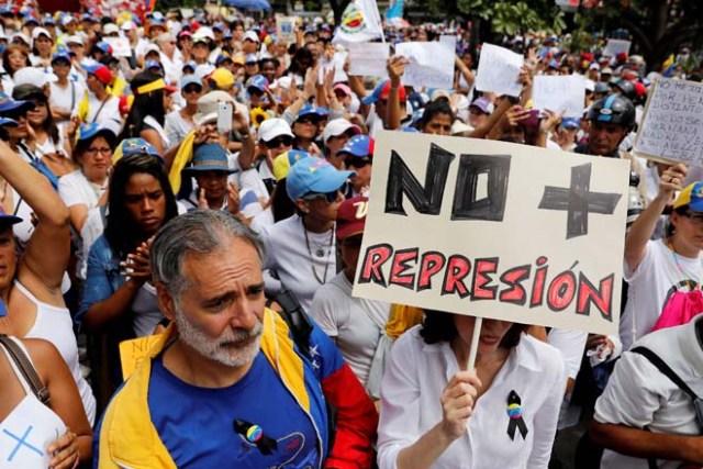 Algunos valientes caballeros decicieron acompañar a la movilización femenina de la Unidad. REUTERS/Carlos Garcia Rawlins