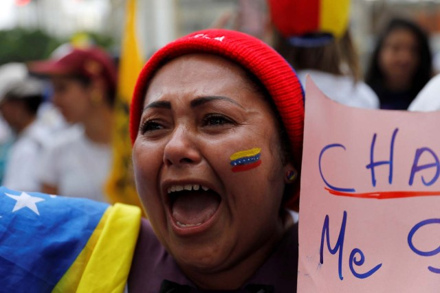 A woman shouts slogans during a women's march to protest against President Nicolas Maduro's government in Caracas, Venezuela, May 6, 2017. REUTERS/Carlos Garcia Rawlins
