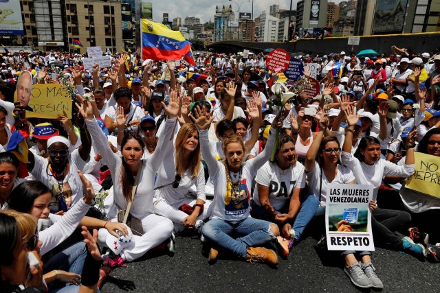 Lilian Tintori (C), wife of jailed Venezuelan opposition leader Leopoldo Lopez, lifts her hands during a women's march to protest against President Nicolas Maduro's government in Caracas, Venezuela, May 6, 2017. REUTERS/Carlos Garcia Rawlins