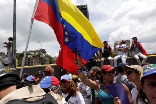 Algunos valientes caballeros decicieron acompañar a la movilización femenina de la Unidad. REUTERS/Marco Bello